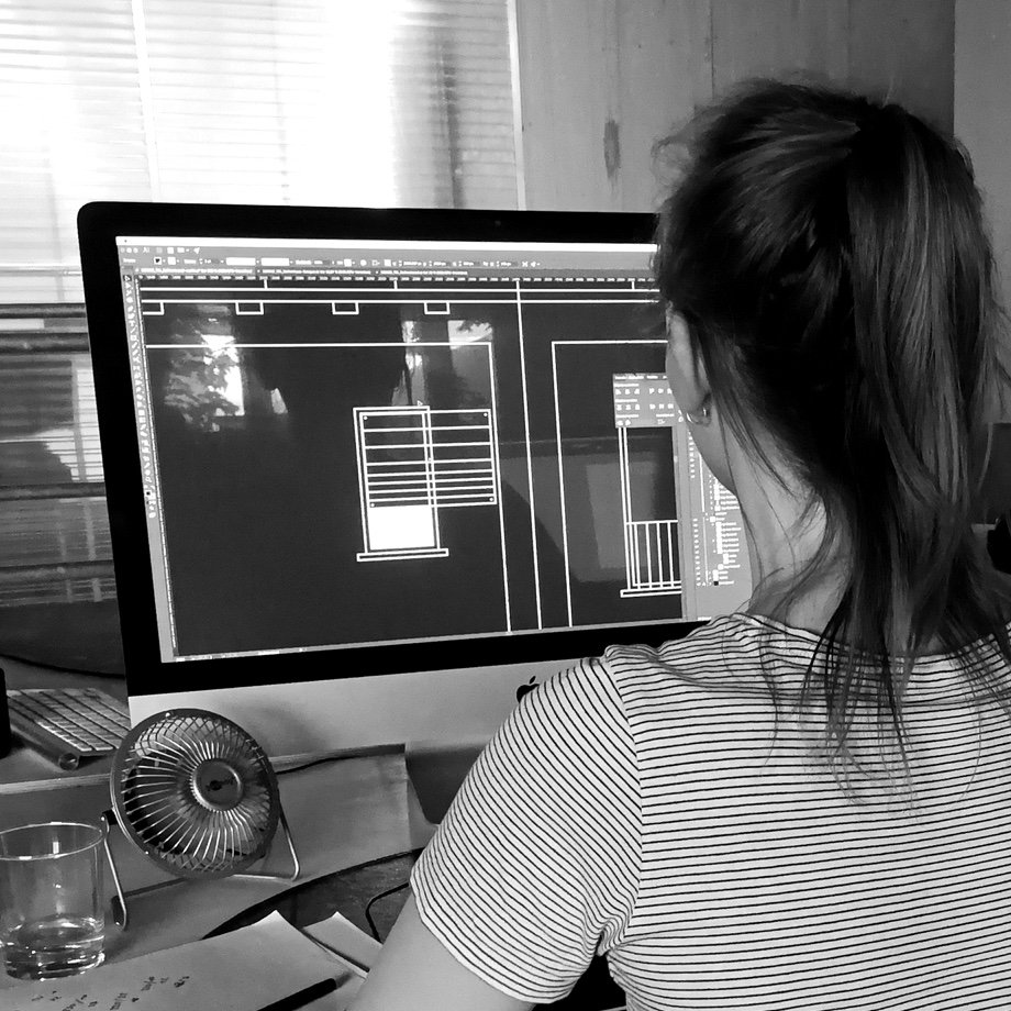 Freelancer Eva Olk in front of an iMac, on which the animation for the Mesh Assistant of Deutsche Telekom is open